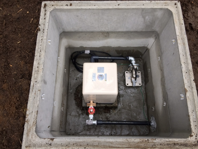 井戸に井戸ポンプが付き、綺麗に整形され、元栓が完成しました!