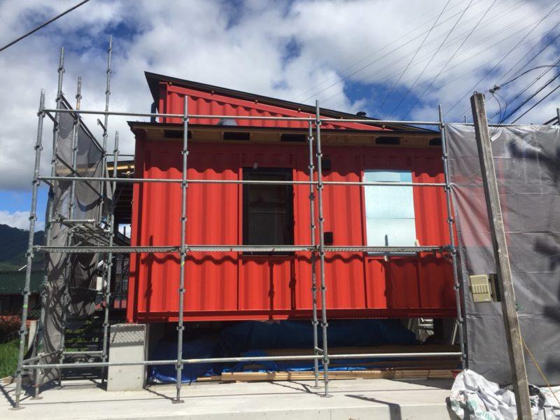 長野県でコンテナハウスの工事が進行中です。連結工事、断熱