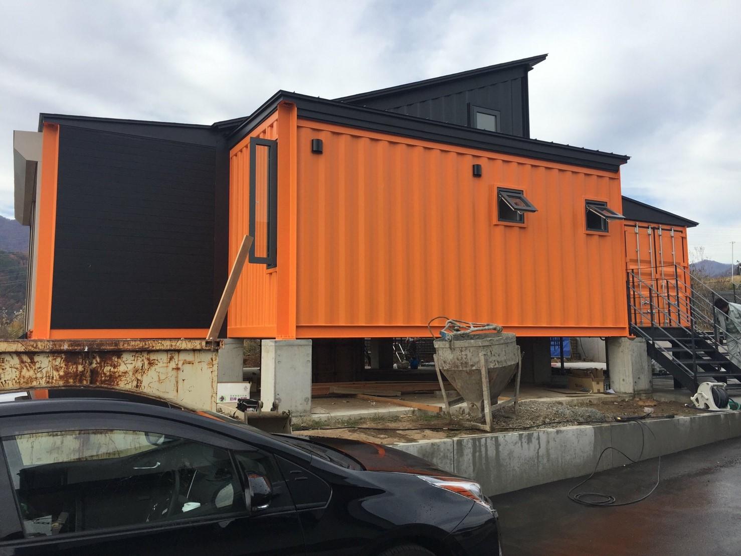 【施工事例】コンテナハウスに斜めに切った建築用コンテナを使用した事例