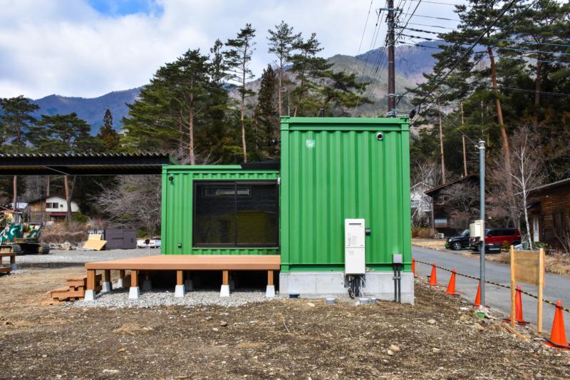 20ftをL字型に設置した緑色の宿泊棟